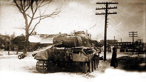 Подбитый немецкий танк «Пантера» на окраине города.