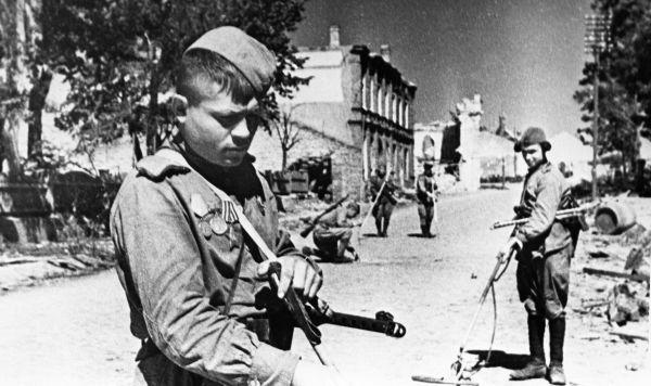 Красноармейцы в освобожденном городе. Июль 1944 г.