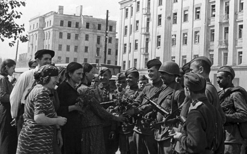 Горожане встречают освободителей на улице Первомайской. 28 июня 1944 г.