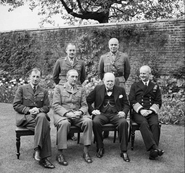 Черчилль с начальниками Штабов.
