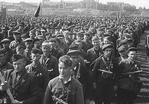 30 тысяч партизан на городском ипподроме готовых к параду.