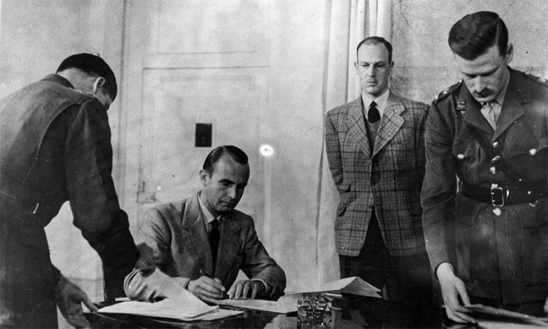 Подполковник фон Швайниц подписывает акт о капитуляции германских войск в Северной Италии. Казерта, 29 апреля 1945 года.