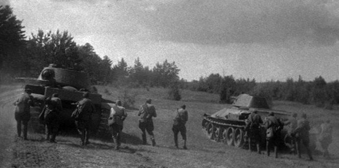 Советские солдаты во время боя.