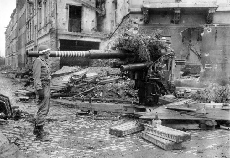 Немецкое 88-мм орудие среди руин Кёльна.