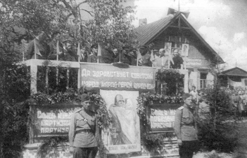 Представители власти на трибуне во время митинга.