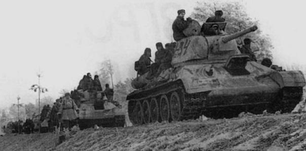 Танковая колонна 1-го Украинского фронта на марше по Житомирскому шоссе.