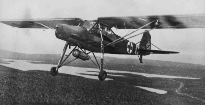 Немецкий санитарный самолет Физелер Fi.156C-5 «Шторх» в полете над лесом. 1939 г.