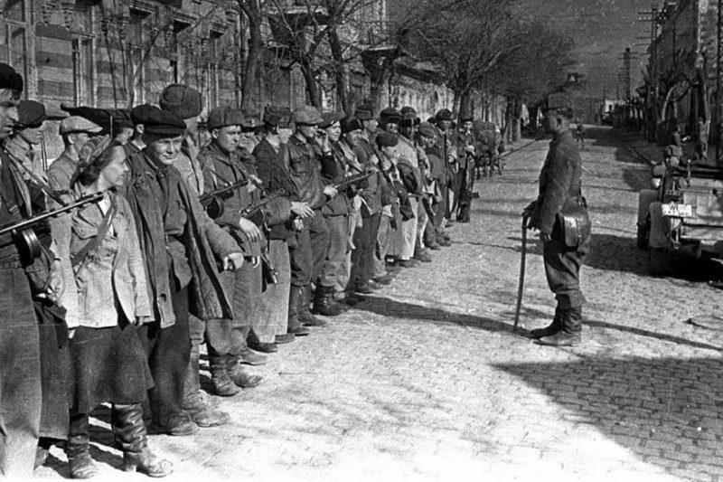 Партизаны в освобожденном Симферополе.