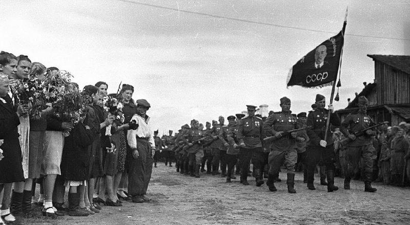Парад 96-й Иловайской гвардейской стрелковой дивизии в Бобруйске.