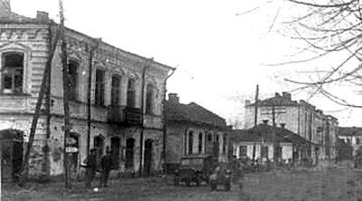 Советские солдаты на улицах освобожденного города.