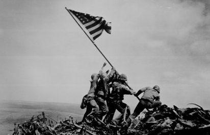 Замена меньшего флага США большим. Именно этот момент запечатлел фотограф.