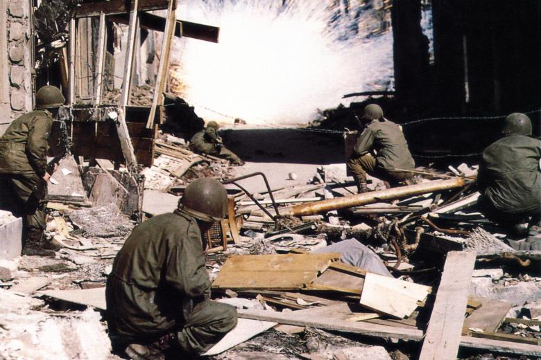 Солдаты 104-й пехотной дивизии США ведут бой в Кёльне.