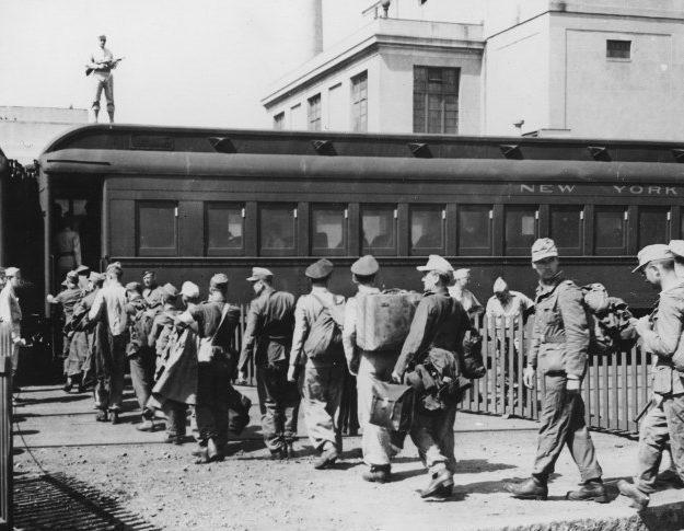 Немцы, захваченные в Северной Африке, транспортируются в США.