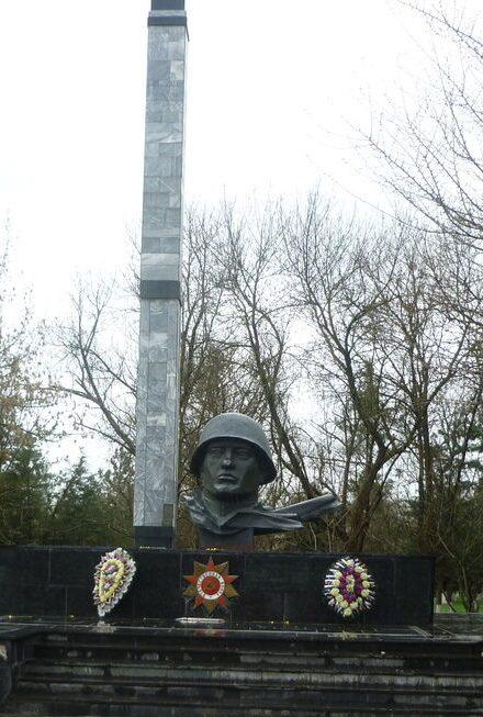 с. Горнозаводское Кировского р-на. Памятник. установленный на братской могиле советских воинов погибших в боях в 1942 -1943 гг.