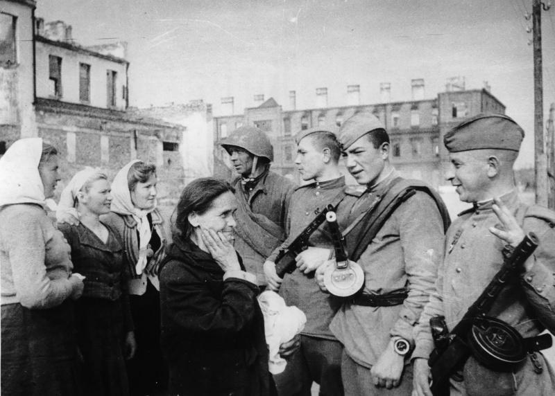 Горожане встречают освободителей. 26 июня 1944 г.