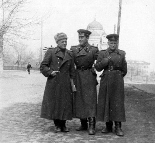 Советские офицеры в освобожденном городе.