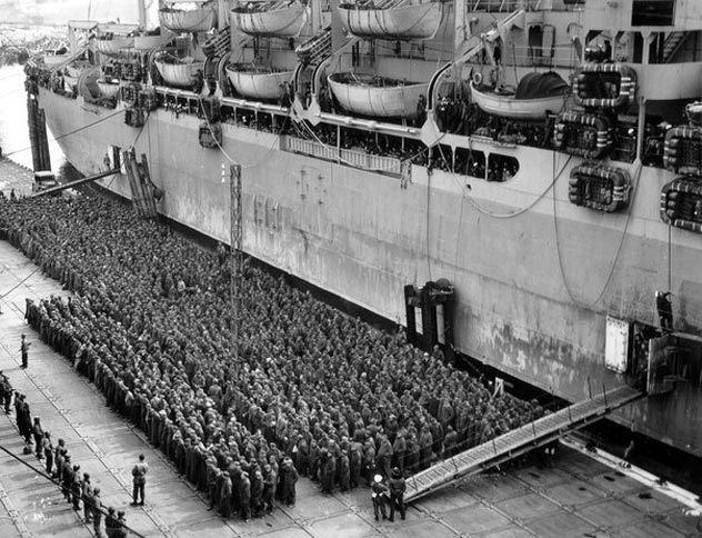 Погрузка пленных в транспорт. 1944 г.