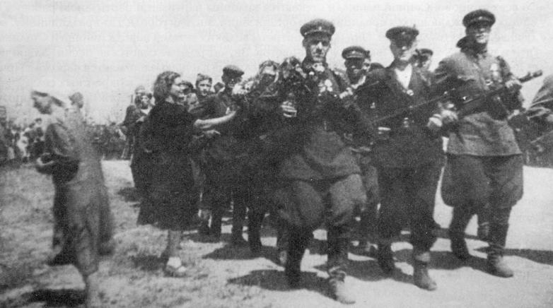 Проход колонны партизан.