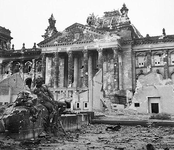 Рейхстаг после штурма.