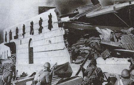 Японские войска на руинах Шанхая.