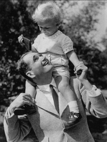 Рудольф Гесс со своим сыном Рюдигером Вольфом. 1941 г.