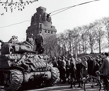 Американские танки перед Монументом Битвы Наций, 19 апреля 1945 года.