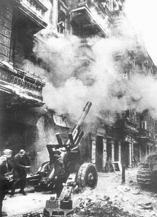 Артиллеристы уничтожают огневые точки на верхних этажах здания.