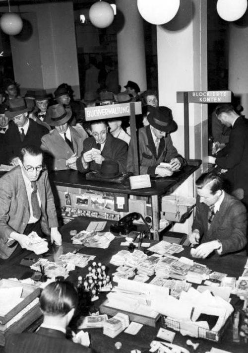 Обмен старых денег в Гамбурге. Июнь 1948 г.