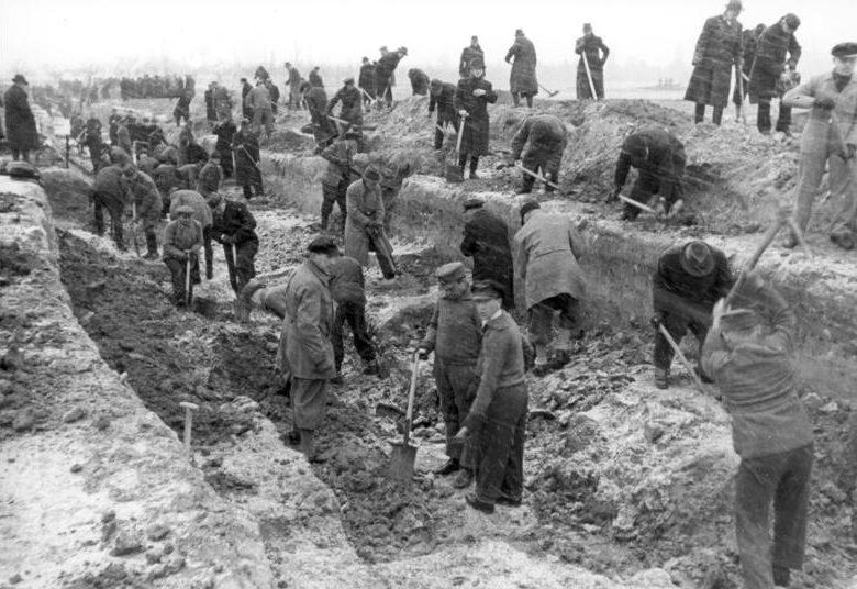 Берлинцы роют противотанковый ров.