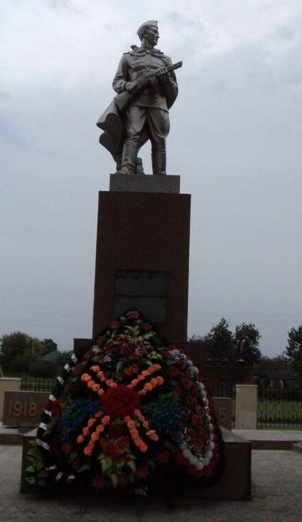 ст-ца. Григорополисская Новоалександровского р-на. Памятник, установленный на братской могиле, в которой похоронено 15 советских воинов, погибших в годы Гражданской и Великой Отечественной войн.