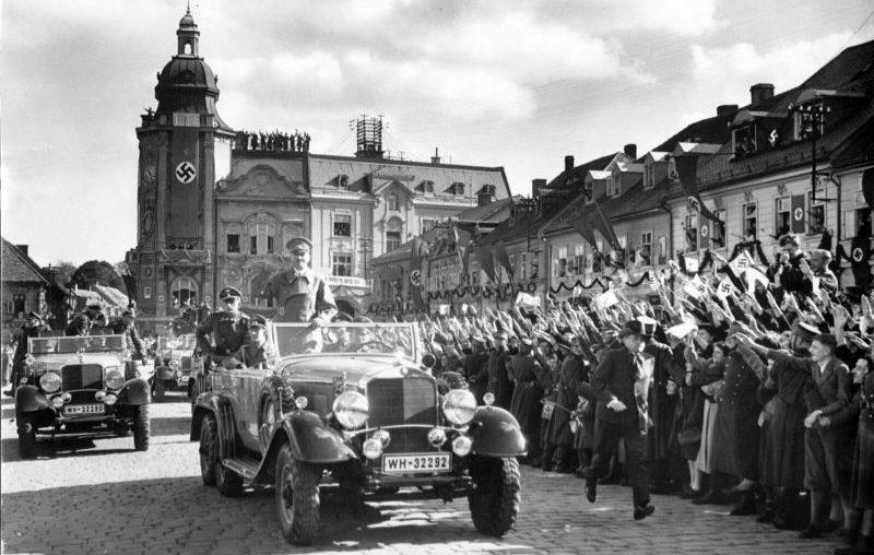 Гитлер в автомобиле «Mercedes Benz G-4» в городе Шлукенау. Октябрь 1938 г.
