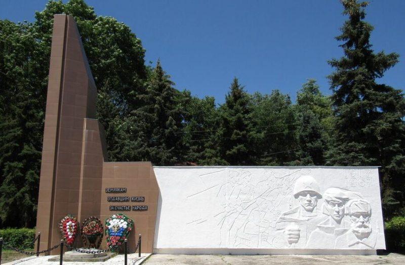 п. Коммаяк Кировского р-на. Памятник землякам, погибшим в годы войны.