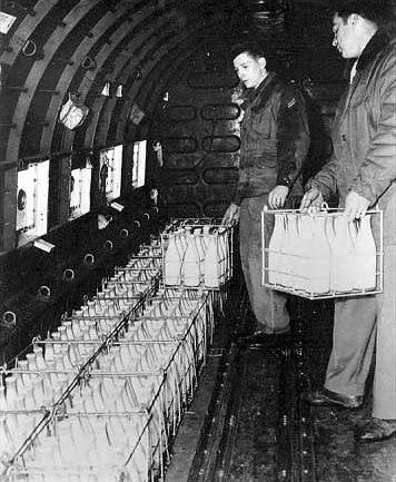 Погрузка молока в самолёт, направляющийся в Западный Берлин.