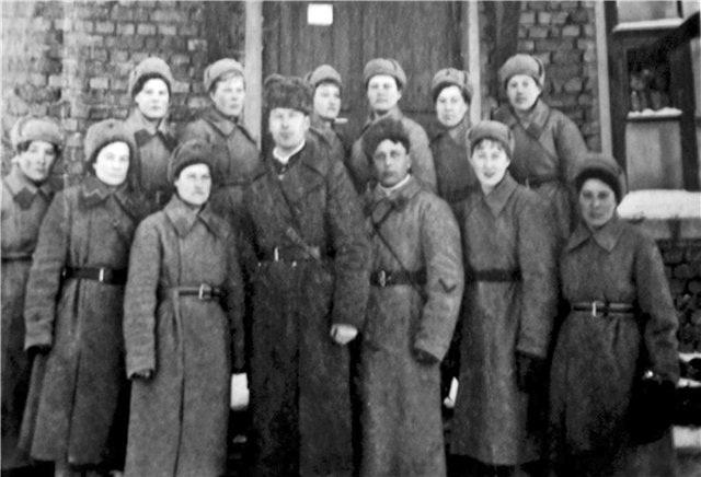 Воины 3-го взвода 1-й роты 1-го стрелкового батальона. В центре - командир взвода л-т Юрий Смирнов. В первом ряду первая справа - Ида Лахман.