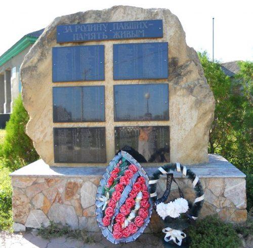 с. Александровское. Памятник в честь 160 колхозников, погибших в годы войны, установленный в 2005 году.