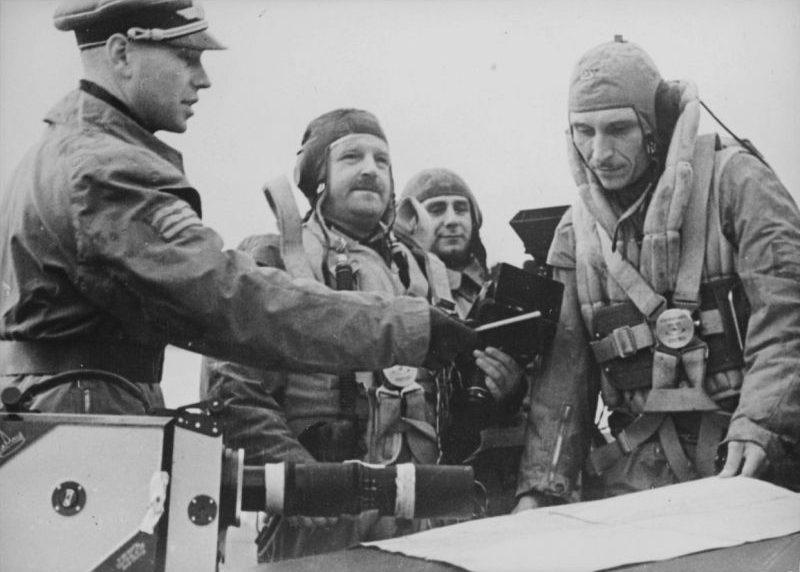 Кинооператоры Люфтваффе перед вылетом на бомбардировщике Хейнкель He-111.1939 г.