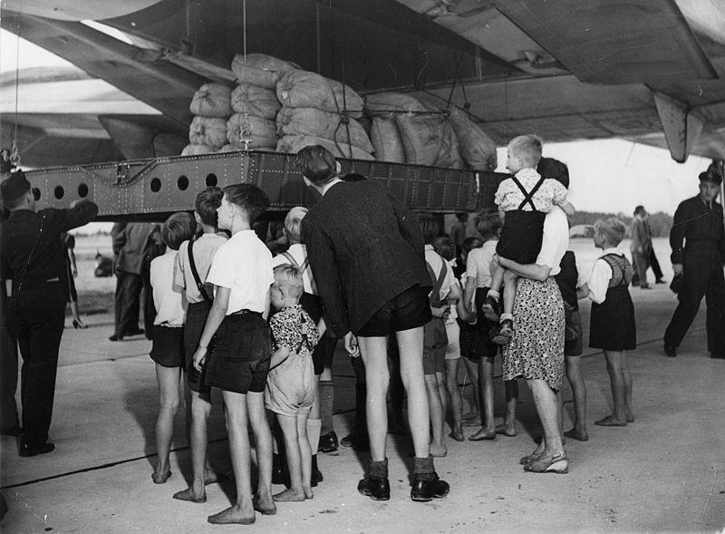 Самолет C-74 на аэродроме Gatow с грузом из 20 тонн муки.