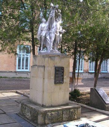 с. Александровское. Памятник во дворе средней школы №1 установленный в 1975 году в честь учеников и учителей, погибших в годы войны.