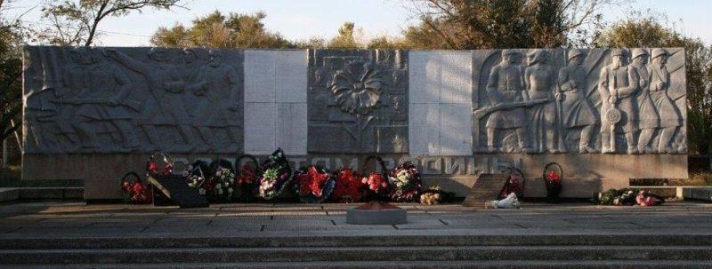 с. Владимировка Левокумского р-на. Памятник, установленный на братской могиле, в которой похоронено 23 советских воина корпуса генерала Кириченко, погибших в 1942 году.