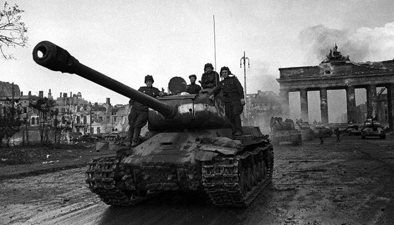 Советские танки у Бранденбургских ворот.