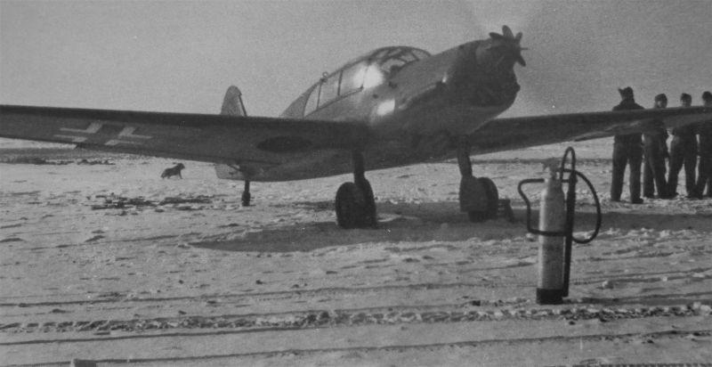 Курьерский самолет Bf 108 перед вылетом с аэродрома в Мюнстере. Январь 1941 г.