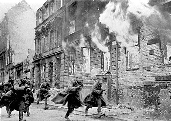 Советские войска штурмуют Берлин.