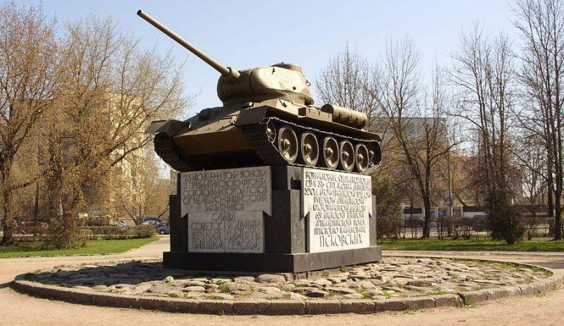 г. Псков. Памятник-танк Т-34 в честь воинов-освободителей.
