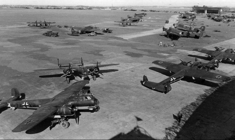 Самолеты-разведчики Дорнье Do.17Z , бомбардировщик Хейнкель He-111, транспортные самолеты Юнкерс Ю-52 на аэродроме Киль-Хольтенау. Апрель 1940 г.