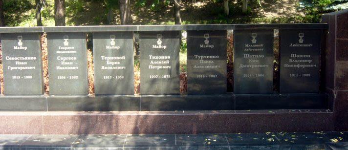 Мемориальные знаки героям.