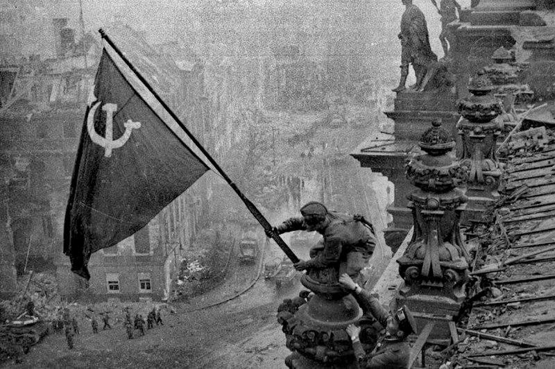 Красное знамя над Рейхстагом.