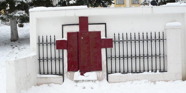 г. Пятигорск. Памятник погибшим учащимся школы, установленный у здания школы №6.