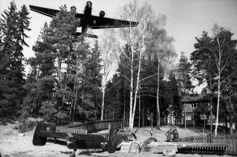 Истребитель Bf-110, выехавший за пределы взлетной полосы аэродрома Осло-Форнебу. Апрель 1940 г.