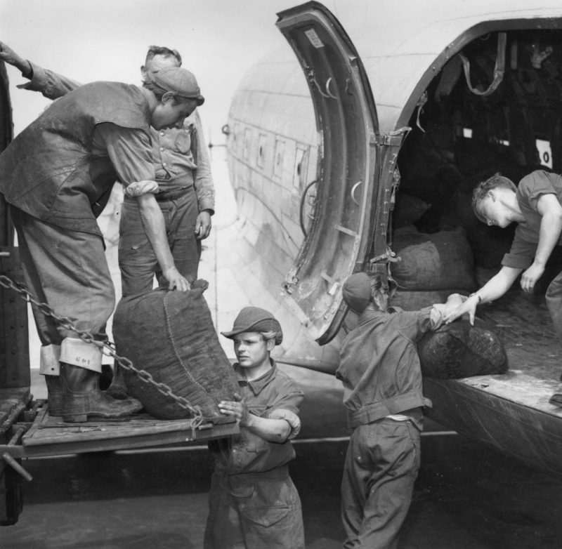 Транспортные самолеты C-47 разгружаются в аэропорту Темпельхоф.