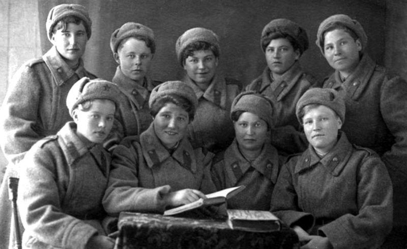 Девушки-военнослужащие миномётной роты 1-го отдельного стрелкового батальон. Кунцево, 30 марта 1943 года.